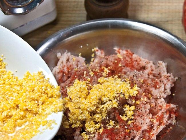 добавление в фарш для куриного киббе пряностей и подготовленной крупы