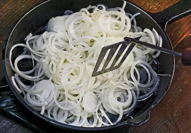 пассерование лука при приготовлении томленого картофеля