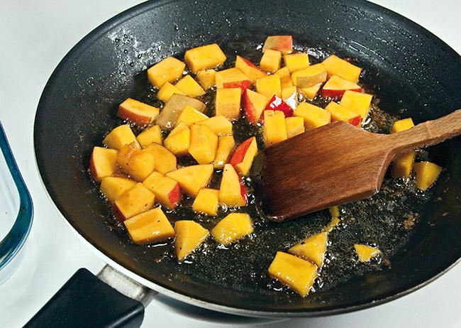 обжарка кусочков манго для теплого салата