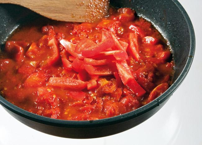 добавление сладкого перца к помидорам для соуса к бараньей корейке