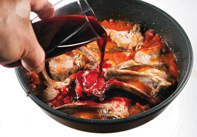 добавление части красного вина к бараньей корейке в соусе