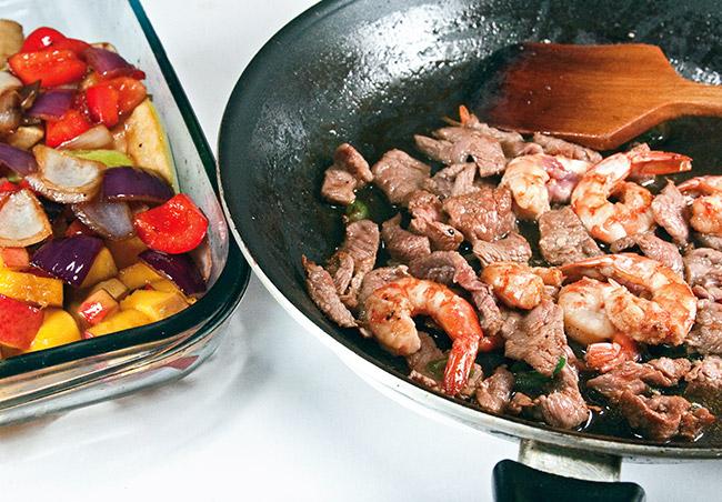 обжарка креветок и мяса для теплого салата
