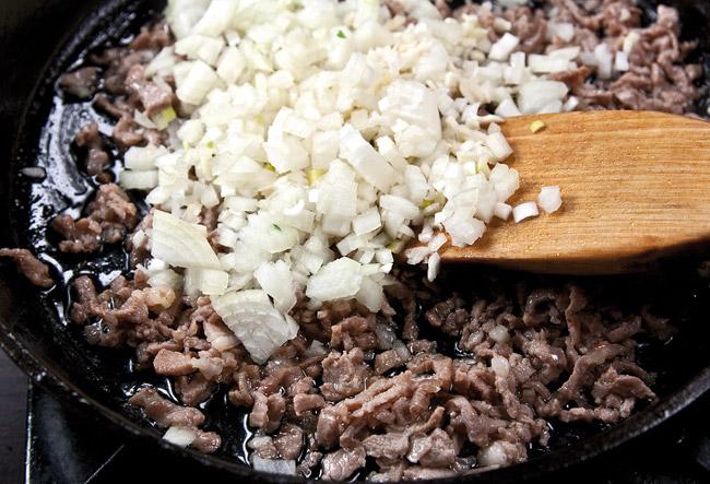 обжарка лука с мясом для спагетти под нутовым (гороховым) соусом