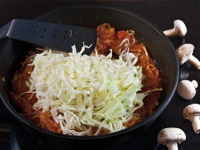 добавление свежей капусты в пассеровку для сборной грибной солянки