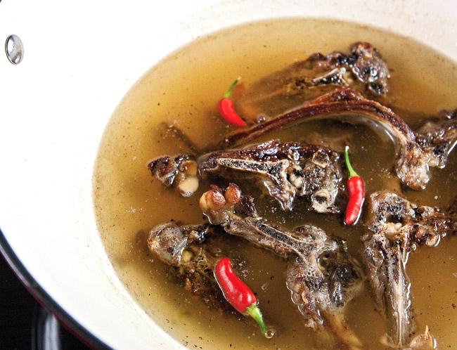варка косточек для приготовления узбекского лукового супа пиёва