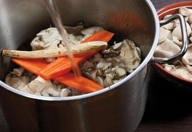 варка бульона для супа из вёшенок с домашней лапшой