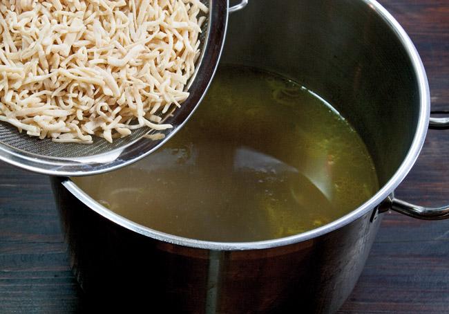 добавление лапши в суп из вёшенок с домашней лапшой