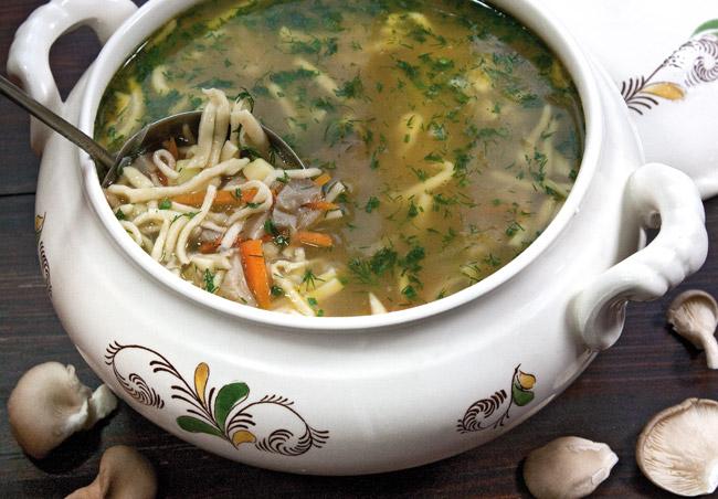 сервировка и подача супа из вёшенок с домашней лапшой