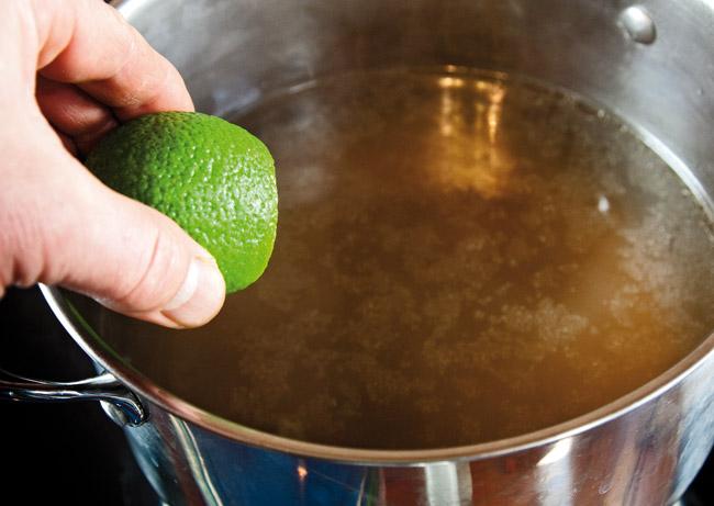 добавление сока лайма в бульон для супа по-ханойски фо-бо