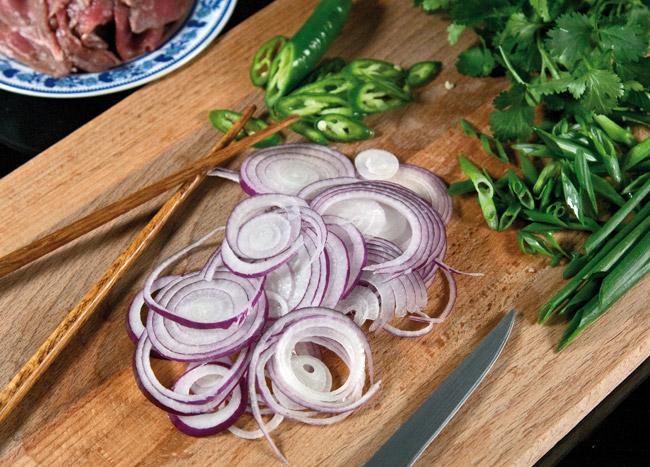 подготовка заправочного сладкого лука и зелени для супа по-ханойски фо-бо