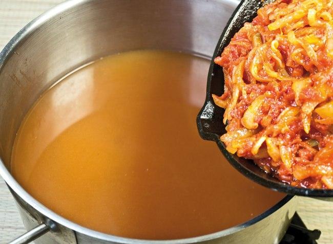 добавление спасерованных овощей в сборную овощную солянку