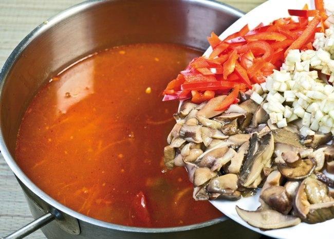 добавление овощного и грибного сбора в сборную овощную солянку