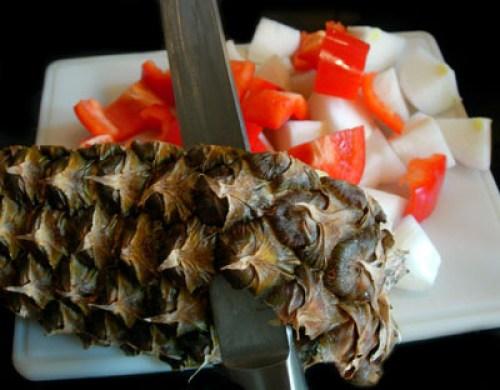 подготовка ананаса для говядины с ананасами
