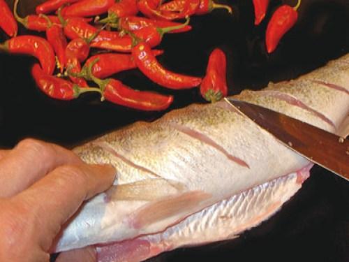 нанесение на тушку рыбы поперечных надрезов