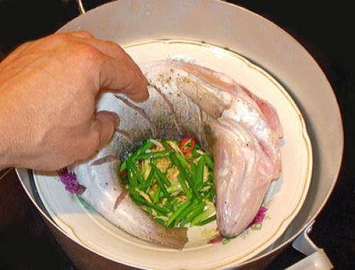 способ укладки рыбы в пароварку - в глухой тарелке