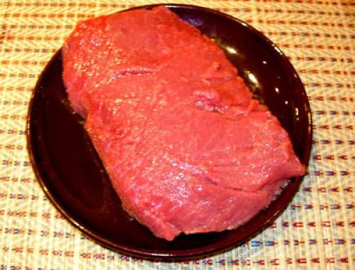 подготовка вырезки для салата из сырой говядины