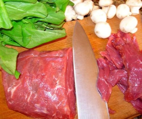 нарезка вырезки для салата из сырой говядины