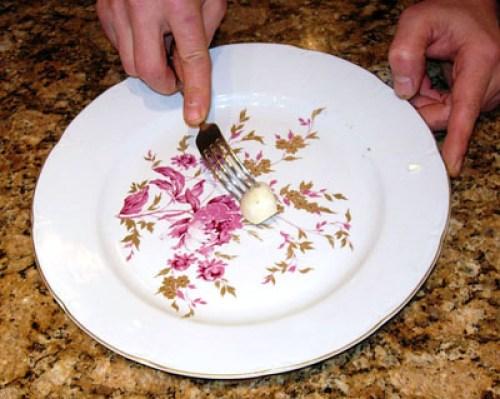 подготовка тарелки для салата из сырой говядины