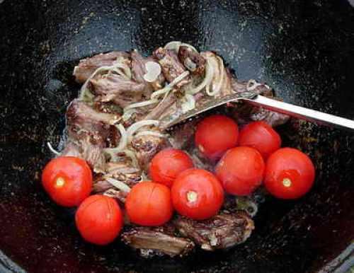 добавление к ребрышкам лука и помидоров