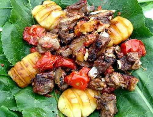 подача и сервировка острых ребрышек с картошкой на листьях хрена
