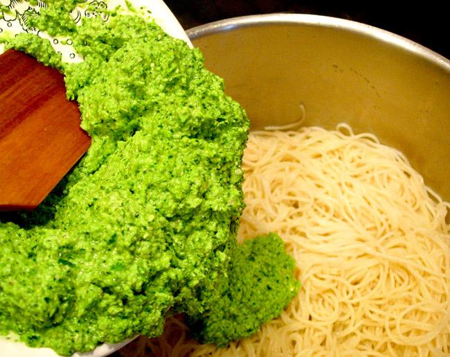 смешивание соуса и спагетти