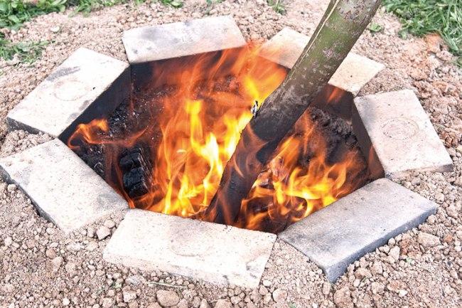 протопка тандыра для мяса, приготовленного в тандыре
