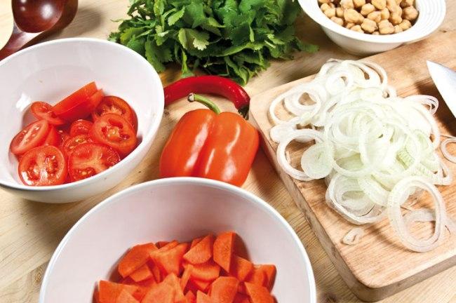 подготовка овощей для рыбной шурпы с поджаркой