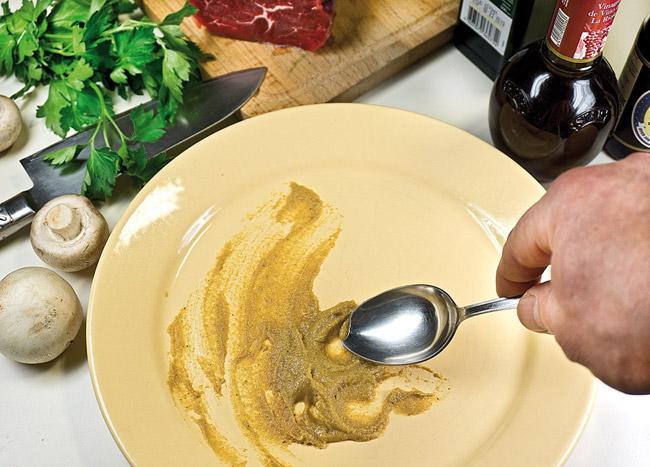 добавление горчицы на блюдо для приготовления карпаччо