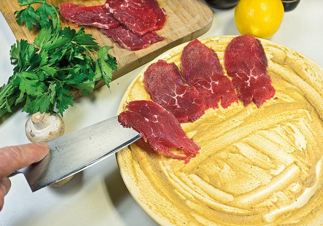 укладка сырой говяжьей вырезки на горчицу