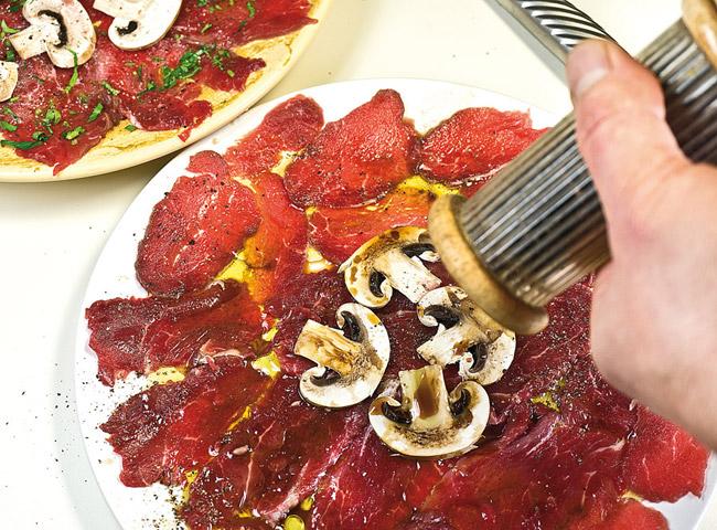 добавление свежемолотого перца на второй вид карпаччо