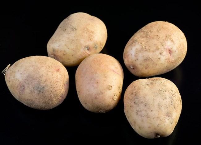 картофель для  картошки с мясом и с красным бульоном