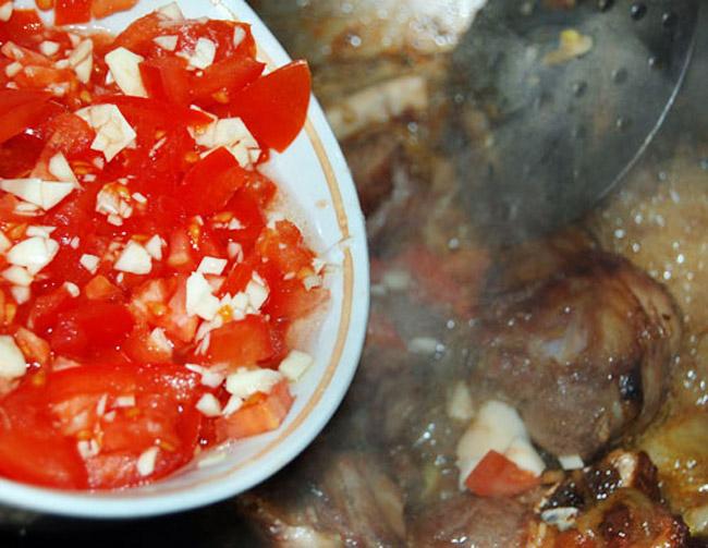 добавление помидоров для среднеазиатского лагмана