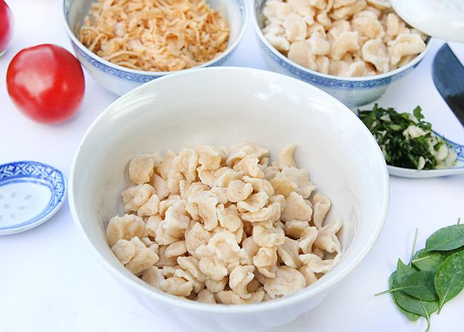 укладка клецек в порционные тарелки для мампара - дунганского супа с клецками