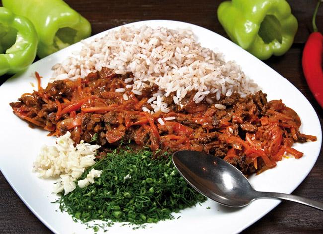 добавление к начинке риса, зелени и чеснока для перцев, фаршированных рассыпчатой начинкой