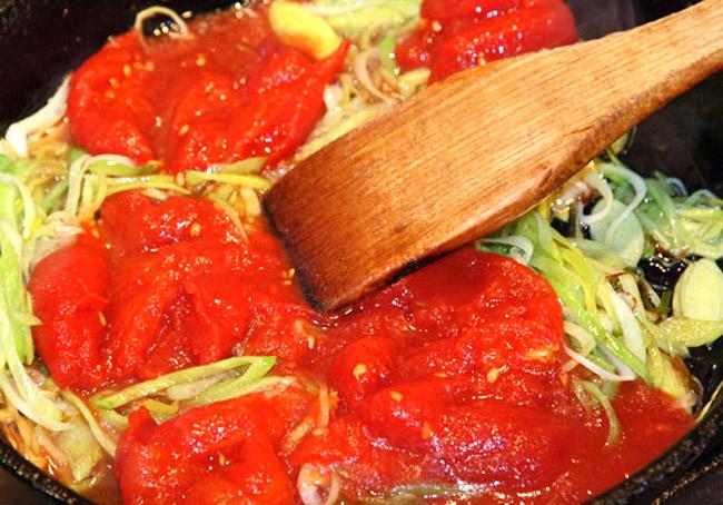 добавление в обжарку помидоров для заправочного рыбного супа а-ля буйабес