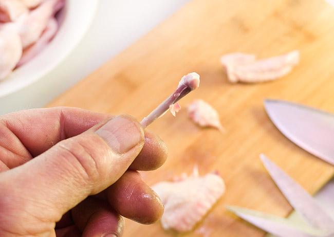 удаление тонкой кости средней части куриного крылышка