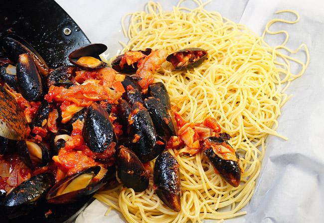 добавление соуса и морепродуктов на спагетти
