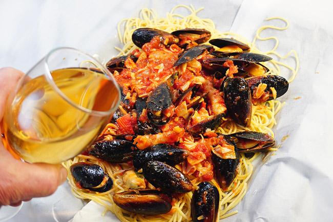 добавление белого вина на спагетти