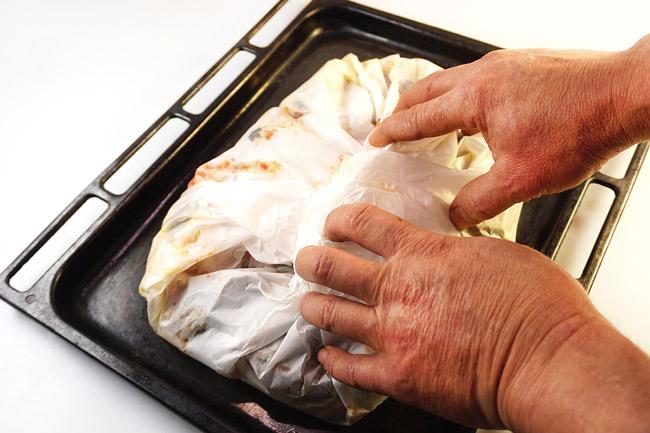 заворачивание спагетти с соусом и морепродуктами в пергамент