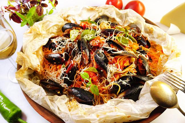 """сервировка и подача спагетти с морепродуктами, приготовленными в """"мешочке"""""""