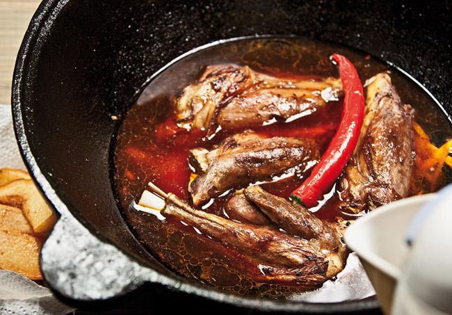формирование соуса для айвы с бараньими голенями