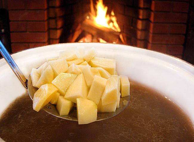 закладка картофеля в щи уральские по-вологодски