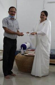 तहसील सागवाडा के SDM महोदय को मुख्यमंत्री राहत कोष के लिए चेक देते हुए बी के पदमा दीदी