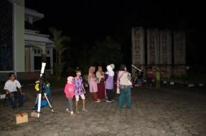Pengamatan langit malam dalam rangka GAM2011 (sumber: Planetarium Tenggarong)