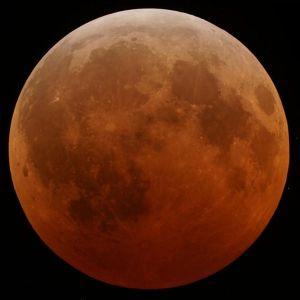 Merahnya Bulan saat gerhana total (sumber: wikipedia)