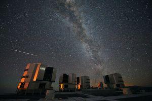 Sebuah meteor terekam dalam foto di depan teleskop VLT di observatorium Paranal, Chili. Sumber: eso.org