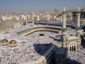 Ka'bah di Masjidil Haram. Sumber: Wikipedia _ Al-Haram mosque - Flickr - Al Jazeera English _ CC-BY-SA-2.0