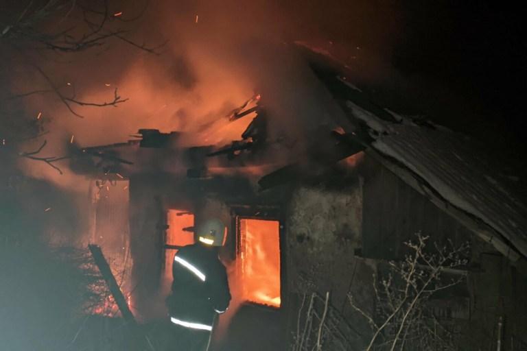 На Харьковщине полностью сгорел частный дом, в котором хозяева неправильно использовали печное отопление, – ФОТО