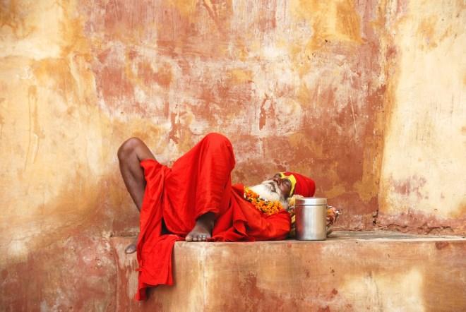 hindistan agra kalesine cikarken uyuyan sadhu