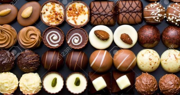 دنیا بھر میں سب کی فیورٹ مزیدار چاکلیٹ کا آج عالمی دن منایا جارہا ہے۔ چاکلیٹ دنیا بھر میں تقریباً ہر عمر کے لوگوں کی پسندیدہ چیز ہے جسے نا صرف شوق سے کھایا جاتا ہے بلکہ کئی ڈشز، مٹھائیاں، ٹافیاں، آئس کریم اور مشروبات اس کے بغیر ادھورے تصور کئے جاتے ہیں۔ چاکلیٹ تقریباً آج سے5 سو سال پہلے ایجاد ہوئی تھی، جس کے بعد سے چاکلیٹ سب کو ایسی بھائی ہے کہ اب سب کی فیورٹ بن چکی ہے۔ چاکلیٹ ٹھوس اور مائع دونوں حالتوں میں استعمال ہوتی ہے جو سفید اور بھورے رنگ میں باآسانی دستیاب ہے۔ چاکلیٹ اصل میں ایک پودے کے بیجوں کو بھون اور پھر پیس کر حاصل کی جاتی ہے اور پیداوار کے لحاظ سے مغربی افریقا اسکا اہم خطہ ہے۔ کسی امتحان میں کامیابی ہو یا منگنی، بیاہ، سالگرہ خوشی کے ہر موقع پر چاکلیٹ کا تحفہ محبتوں کے فروغ کا سبب بنتا ہے۔